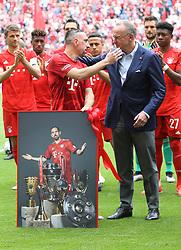 18.05.2019, Allianz Arena, Muenchen, GER, 1. FBL, FC Bayern Muenchen vs Eintracht Frankfurt, 34. Runde, Meisterfeier nach Spielende, im Bild Karl-Heinz Rummenigge verabschiedet Franck Ribery // during the celebration after winning the championship of German Bundesliga season 2018/2019. Allianz Arena in Munich, Germany on 2019/05/18. EXPA Pictures © 2019, PhotoCredit: EXPA/ SM<br /> <br /> *****ATTENTION - OUT of GER*****