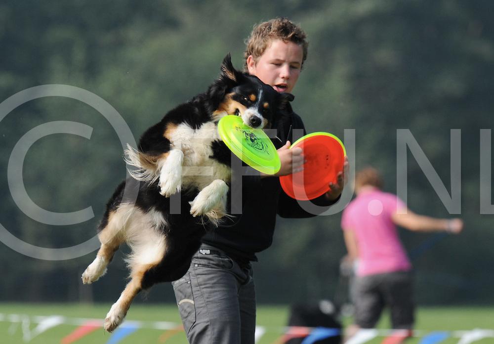 DEN HAM  - Internaionale honden frisbee wedstrijd..Patrick Kuiper met Dallas.Editie : VR.FFU PRESS AGENCY COPYRIGHT FRANK UIJLENBROEK.TT090920.