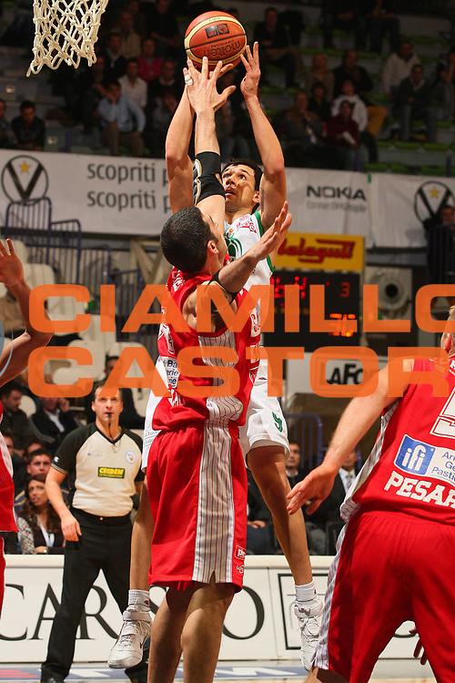 DESCRIZIONE : Bologna Final Eight 2008 Quarti di Finale Montepaschi Siena Scavolini Spar Pesaro <br /> GIOCATORE : Marco Carraretto <br /> SQUADRA : Montepaschi Siena <br /> EVENTO : Tim Cup Basket For Life Coppa Italia Final Eight 2008 <br /> GARA : Montepaschi Siena Scavolini Spar Pesaro <br /> DATA : 07/02/2008 <br /> CATEGORIA : Tiro <br /> SPORT : Pallacanestro <br /> AUTORE : Agenzia Ciamillo-Castoria/S.Silvestri