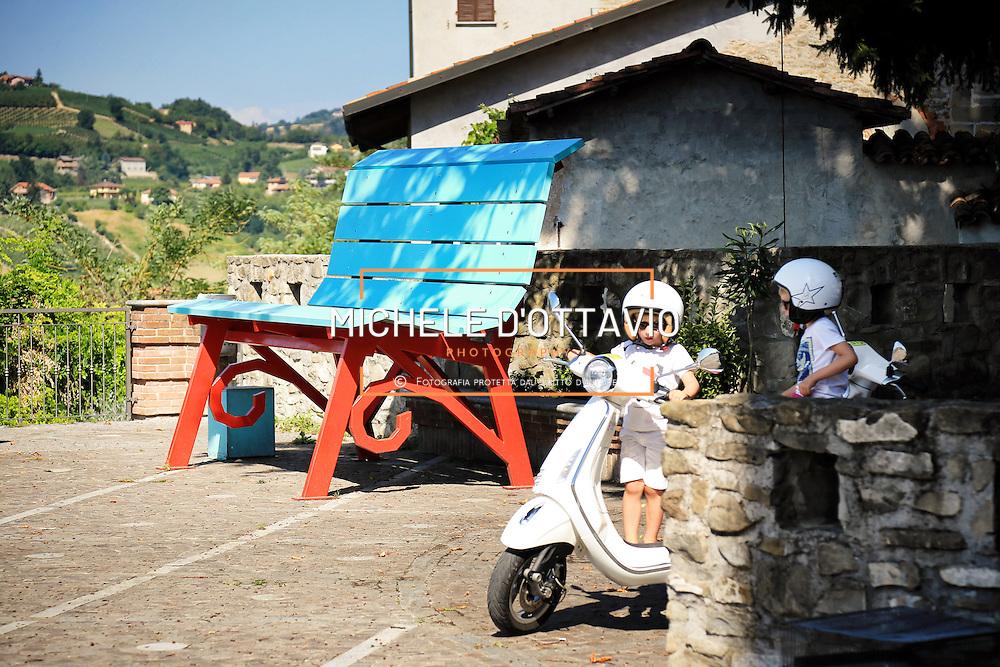 Panchina Gigante a Dogliani<br /> <br /> Nelle Langhe le panchine giganti si stanno moltiplicando, nate da un&rsquo;idea del designer americano Chris Bangle. Sulle colline patrimonio dell'Unesco le &quot;Big Bench&quot; sono diventate un&rsquo;attrazione turistica<br /> <br /> Langhe giant benches are multiplying, On the UNESCO heritage hills &quot;Big Bench&quot; have become a tourist attraction..