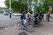 In Utrecht moeten fietsers die moeten wachten voor het verkeerslicht zich onhandig opstellen.<br /> <br /> In Utrecht cyclists waiting for a travel light have to position in a difficult position for other cyclists.