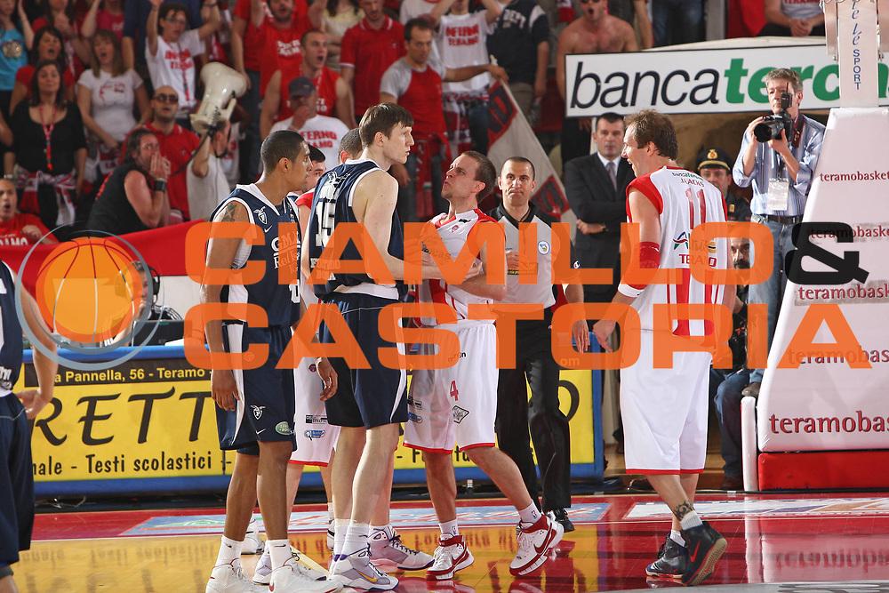 DESCRIZIONE : Teramo Lega A 2008-09 Bancatercas Teramo GMAC Fortitudo Bologna <br /> GIOCATORE : Ryan Hoover Gregor Fucka<br /> SQUADRA : Bancatercas Teramo GMAC Fortitudo Bologna<br /> EVENTO : Campionato Lega A 2008-2009<br /> GARA : Bancatercas Teramo GMAC Fortitudo Bologna<br /> DATA : 10/05/2009<br /> CATEGORIA : <br /> SPORT : Pallacanestro<br /> AUTORE : Agenzia Ciamillo-Castoria/C.De Massis