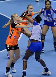 07-12-2013 HANDBAL: WERELD KAMPIOENSCHAP NEDERLAND - DOMINICAANSE REPUBLIEK: BELGRADO <br /> 21st Women s Handball World Championship Belgrade, Nederland wint met 44-21 / Nycke Groot, Lynn Knippenborg<br /> ©2013-WWW.FOTOHOOGENDOORN.NL