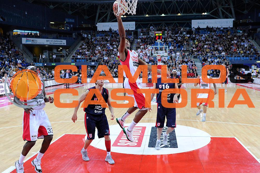 DESCRIZIONE : Pesaro Lega A 2011-12 Scavolini Siviglia Pesaro Banca Tercas Teramo<br /> GIOCATORE : Richard Hickman<br /> CATEGORIA : tiro penetrazione<br /> SQUADRA : Scavolini Siviglia Pesaro<br /> EVENTO : Campionato Lega A 2011-2012<br /> GARA : Scavolini Siviglia Pesaro Banca Tercas Teramo<br /> DATA : 25/03/2012<br /> SPORT : Pallacanestro<br /> AUTORE : Agenzia Ciamillo-Castoria/C.De Massis<br /> Galleria : Lega Basket A 2011-2012<br /> Fotonotizia : Pesaro Lega A 2011-12 Scavolini Siviglia Pesaro Banca Tercas Teramo<br /> Predefinita :