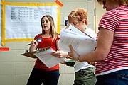 KRASJKURS: Kathryn Johnson gir de frivillige demokratiske velgerinnpiskerne et raskt kurs i hvordan de skal oppfordre folk til å stemme. Wisconsin Governor Scott Walker (R) campaigns hard to stay in power as he faces a  recall election on June 4th 2012.
