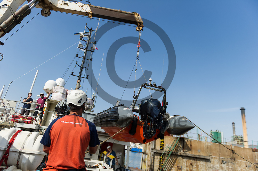 Besatzungsmitglieder der Sea-Watch 2 heben am 15.09.2016 in Paola, Malta ein Rib (Schlauchboot) auf das Fluechtlingsrettungsboot zu Wartung. Foto: Markus Heine / heineimaging<br />