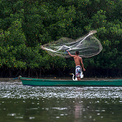 """Pescador jogando tarrafa e Garça-branca-grande (Paisagem) fotografado em Vitória, Espírito Santo -  Sudeste do Brasil. Bioma Mata Atlântica. Registro feito em 2016.<br /> <br /> <br /> <br /> ENGLISH: Fishing net and Great Egret photographed in Vitoria, Espírito Santo - Southeast of Brazil. Atlantic Forest Biome. Picture made in 2016."""
