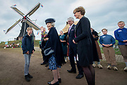 Hare Koninklijke Hoogheid Prinses Beatrix  bij de viering van tweehonderd jaar molen Hermien in Harreveld. Deze beltkorenmolen is een Rijksmonument.<br /> <br /> Her Royal Highness Princess Beatrix at the celebration of two hundred years of the windmill Hermien in Harreveld. This belt flour mill is a national monument.