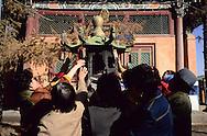 Mongolia. Ulaanbaatar. Gandan Buddhist Monastery  OulanBator       / Monastère Bouddhiste de Gandan à Oulan Bator.   OulanBator  Mongolie   / R84/56    L921006a  /  P0002792 / offrande encens / incense