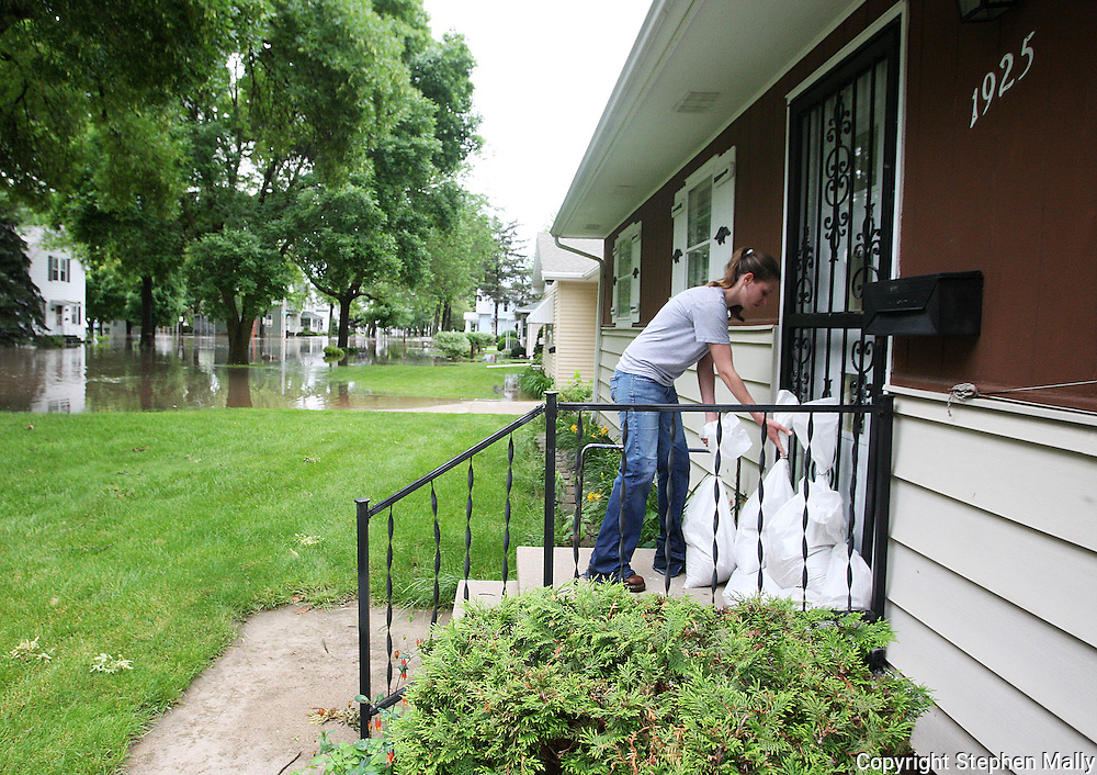 Massive flooding has covered the Midwest section of the United States. In Cedar Rapids, Iowa over 400 blocks were underwater. Other towns are now bracing for the water as it continues downstream.///A neighbor helps sandbag the front of a house in Cedar Rapids, Iowa.