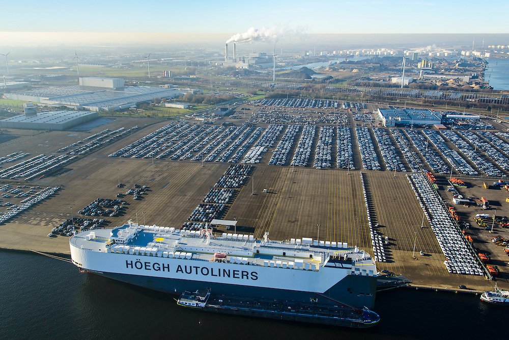 Nederland, Noord-Holland, Amsterdam, 11-12-2013; Westelijk Havengebied. Hoegh autoliner voor de kade, Westhaven met terrein van Koopman Car Terminal (voorheen Nissan).<br /> Western Harbour, Westhaven with site of Koopman Car Terminal (formerly Nissan).<br /> luchtfoto (toeslag op standaard tarieven);<br /> aerial photo (additional fee required);<br /> copyright foto/photo Siebe Swart.