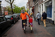 Een man fietst in Utrecht met zijn dochter door de binnenstad.<br /> <br /> A man is cycling at the city center of Utrecht with his daughter.