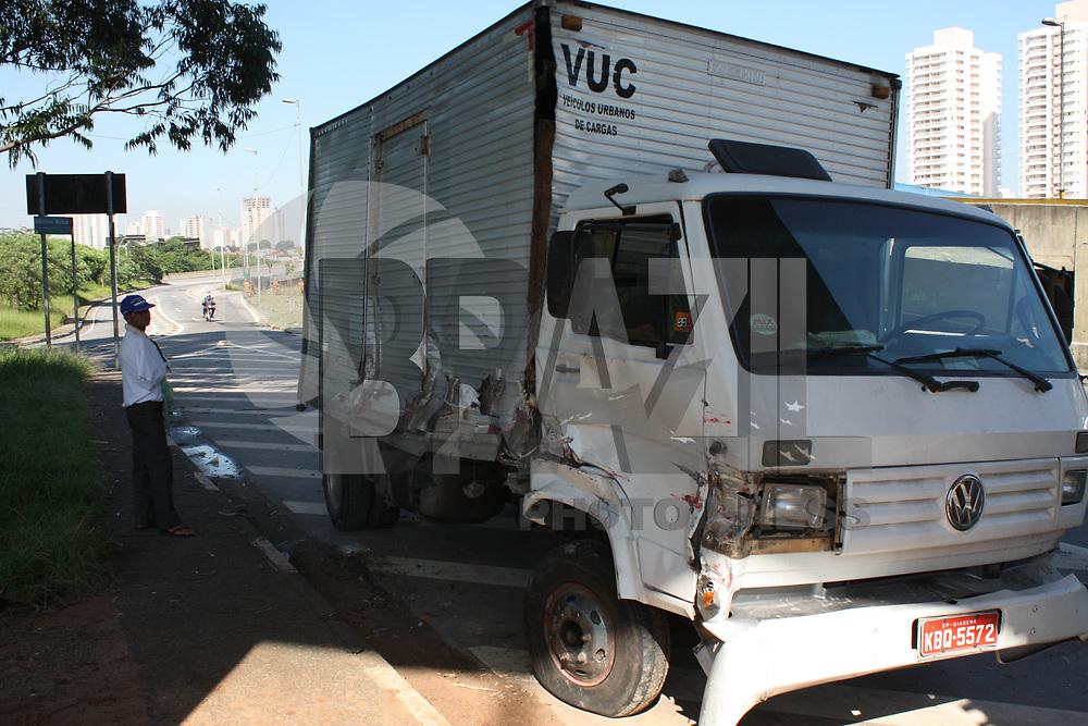 SÃO PAULO, 17 DE JANEIRO DE 2011- TRANSITO- Uma acidente de transito entre dois caminhões ocorreu nesta quinta - feira (17) na Av. Juntas das Provisória no complexo do Viário Mackenzie. Não houve feridos (FOTO: AMAURI NEHN / NEWS FREE).