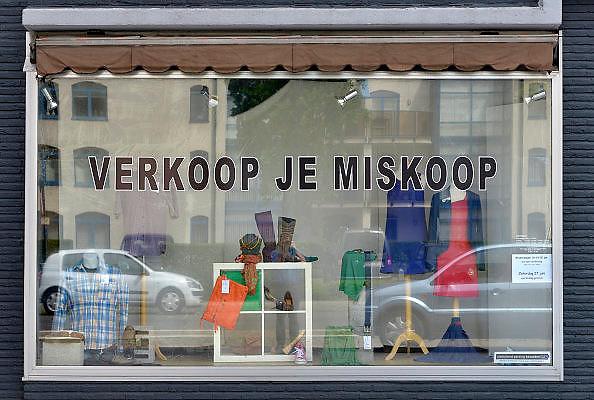 Belgie, Arendonk, 13-6-2015kringloopwinkel waar met name kleding en schoenen, schoeisel, verkocht worden die door anderen ingebracht worden. De winkel richt zich op vrouwen. Dit dorp ligt vlakover de grens van Nederland en heeft veel nederlandse inwoners.FOTO: FLIP FRANSSEN/ HOLLANDSE HOOGTE