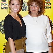 NLD/Scheveningen/20181017 - Cheque voor de Linda Foundation van de The Lion King, Sarah Chronis en moeder Adrianne Kleiweg