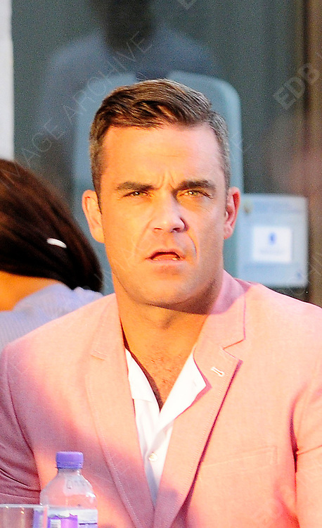 16.AUGUST.2012. LONDON<br /> <br /> ROBBIE WILLIAMS FILMING HIS NEW VIDEO IN BRICK LANE.<br /> <br /> BYLINE: EDBIMAGEARCHIVE.CO.UK<br /> <br /> *THIS IMAGE IS STRICTLY FOR UK NEWSPAPERS AND MAGAZINES ONLY*<br /> *FOR WORLD WIDE SALES AND WEB USE PLEASE CONTACT EDBIMAGEARCHIVE - 0208 954 5968*