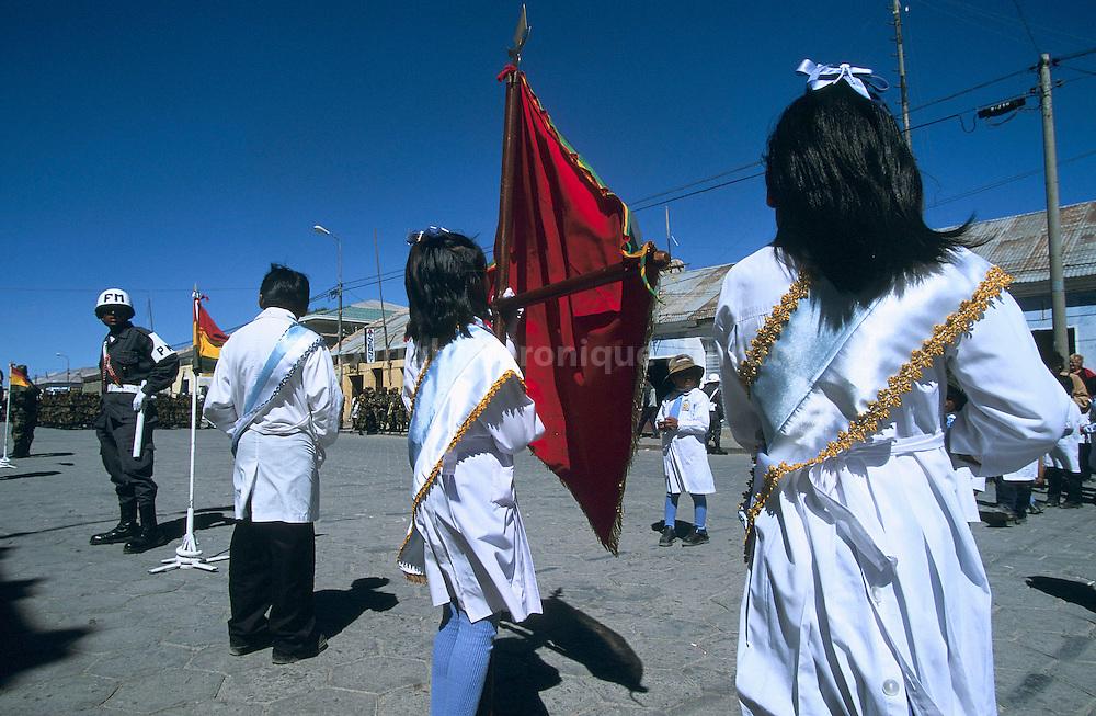 DEFILE D'ECOLIERS LORS D'UNE CELEBRATION POLITIQUE A UYUNI, EN BOLIVIE