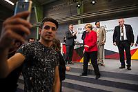 DEU, Deutschland, Germany, Schwerin, 19.09.2017: Syrischer Flüchtling macht Selfie bei Wahlveranstaltung der CDU mit Bundeskanzlerin Dr. Angela Merkel in einer Tennishalle.