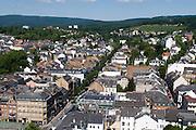 Blick auf Wiesbaden, Taunusstraße, Taunus mit Neroberg im Hintergrund, Wiesbaden, Hessen, Deutschland | view of city of Wiesbaden, Taunus Street, Taunus hills in background, Wiesbaden, Hesse, Germany