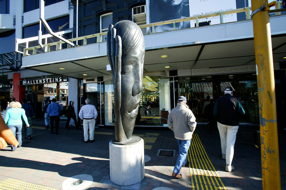 A bronze sculpture in Broadway Newmarket, Auckland, New Zealand, August 12, 2006. Credit:SNPA / Rob Tucker