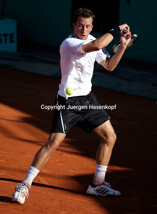 French Open 2009, Roland Garros, Paris, Frankreich,Sport, Tennis, ITF Grand Slam Tournament, .Philipp Kohlschreiber (GER) spielt eine Rueckhand,backhand,action,Ball..Foto: Juergen Hasenkopf..