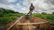 Fergemannen Ousman skyver båten sin gjennom sivet i Lake Tsjad. Den grunne sjøen som på sekstitallet dekket et areal på 26.000 kvadratkilometer er i ferd med å forsvinne. I følge FN har innsjøen krympet kraftig de siste tiårene, til en tjuendedel av hva den var i 1963. Intense tørkeperioder og intensivert jordbruk i alle landene som grenser til innsjøen tærer på de allerede knappe ressursene.