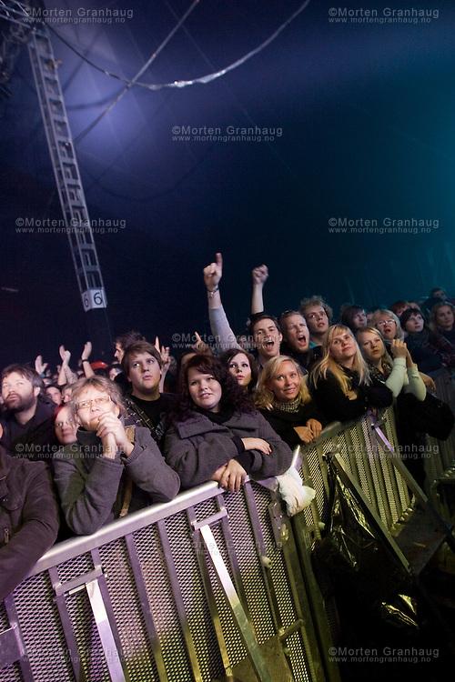 Gåte gjenforeningskonsert, Dødens Dal 24 oktober 2009. .Folkrockbandet Gåte ble etablert i 1999 av søskenparet Sveinung og Gunnhild Sundli. Bandet ga ut en 5-spors EP før de fikk kontrakt med Warner, og ga deretter ut platene Jygri (2002) og Iselilja (2004). Gåte ble oppløst i 2005, og ga i 2006 ut en live-cd og dvd fra konserten på Rockefeller i Oslo. 24 oktober 2009 spilte bandet igjen, under UKA i Trondheim. Bandets siste besetning er: Sveinung Sundli, Gunnhild Sundli, Magnus Børmark, Gjermund Landrø og Kenneth Kapstad.