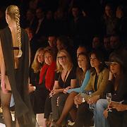 NLD/Amsterdam/20060129 - Modeshow Wolford, Bn'ers op de tribune, Christine Kroonenberg, Fiona Hering, Rosanna Lima, Valerie Zwikker, Glennis Grace