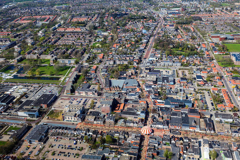 Nederland, Friesland, Gemeente Smallingerland, 01-05-2013; Drachten, centrum. Moleneind Zuidzijde (met tent in het midden) overgaand in Zuidkade (vlnr) met Noorderbuurt en Zuiderbuurt.<br /> Shopping street Moleneind and shopping  and surroundings in the center of Drachten.<br /> luchtfoto (toeslag op standard tarieven);<br /> aerial photo (additional fee required);<br /> copyright foto/photo Siebe Swart
