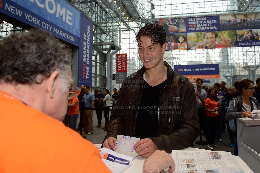 01-01-2013 ALGEMEEN: BVDGF NY MARATHON: NEW YORK <br /> Lange rijen in het Health and Fitness EXPO center voor het ophalen van de startnummers / Geert-Jan<br /> ©2013-WWW.FOTOHOOGENDOORN.NL