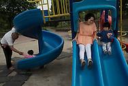 P&eacute;kin, le 14 mai 2014<br /> Wang Ying (Amy), avec sa fille Li Mingmo jouent au parc.