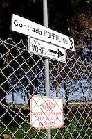 Cartelli che indicano il nome della via e il nome della contrada che circonda l'invaso dell'acquedotto pugliese, all'uscita della città di Casarano. L'invaso è stato piu volte al centro della cronaca locale poichè con le piogge le sue acque invadono le campagne vicine e diventano maleodoranti.