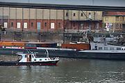 Mannheim. 12.10.16 Rhein.<br /> Ein französisches Güterschiff hat sich am Dienstagmittag auf dem Rhein in Mannheim festgefahren. Verletzt wurde niemand, wie die Polizei mitteilte. Der mit 900 Tonnen Dünger beladene Frachter war in unmittelbarer Nähe des Ufers außerhalb der Fahrrinne auf Grund gelaufen. Daher war der Schiffsverkehr auf dem Rhein zunächst nicht beeinträchtigt.<br />  Ein weiteres Containerschiff führt auf Rheinland-Pfälzischer Seite wegen des Niedrigwassers auf Grund.<br /> Bild: Markus Prosswitz 12OCT16 / masterpress (Bild ist honorarpflichtig - No Model Release!)