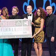NLD/Hilversum/20131208 - Miss Nederland finale 2013, Ambassadeurs stichting Stop Kindermisbruik John Ewbank, Glennis Grace en Arjan Erkel krijgen een cheque overhandigt van Kim Kotter en Maik de Boer