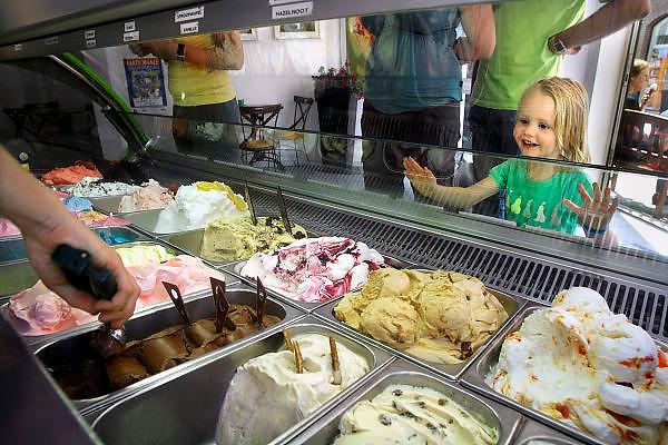 Nederland, Huissen, 9-6-2007Ijssalon La Differenza. Een klein meisje kijkt verlekkerd naar het italiaans ijs.Foto: Flip Franssen/Hollandse Hoogte