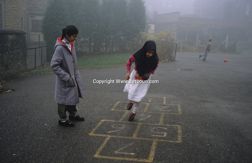 United Kingdom. Birmingham. In a public school playground in Batley (Yorkshire) during recess.   The Zacharia Girl's school, a junior high Islamic school for young girls, which is one of the most distinguished schools in England .  The finances of this school depend primarily on the generosity of the parents and the Muslim community; however, the  education act  of 1944 allows 85%% of the expenses to be taken care of by Her Gracious Majesty.     Birmingham  United†Kingdom     /  dans une ecole publique de battley (yorkshire) la recreation. Zacharia Girl's school  Birmingham  Grande Bretagne
