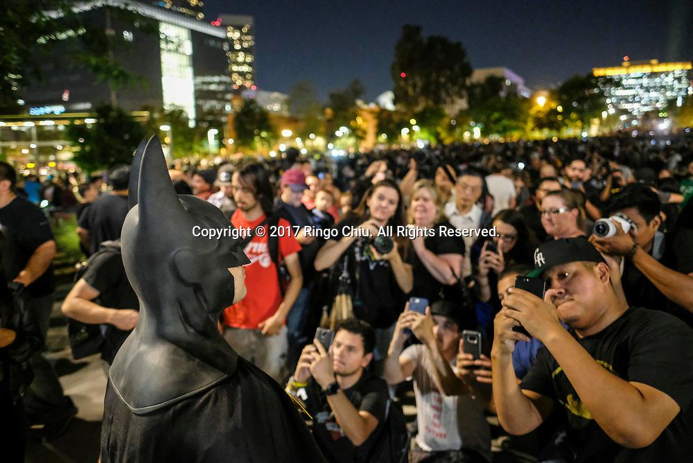 6月15日,美国洛杉矶市中心,一名打扮成蝙蝠侠的男人吸引大批民众拍照。当晚,为纪念&ldquo;蝙蝠侠&rdquo;演员亚当&middot;西斯,洛杉矶市政厅把蝙蝠信号投射到洛杉矶市政厅大楼外。新华社发 (赵汉荣摄)<br /> People take pictures a man dressed as Batman as the Bat-signal is projected onto Los Angles City Hall during a tribute of &quot;Batman&quot; actor Adam West in Los Angeles, the United States, June15, 2017. (Xinhua/Zhao Hanrong)(Photo by Ringo Chiu)<br /> <br /> Usage Notes: This content is intended for editorial use only. For other uses, additional clearances may be required.