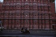 India. Rajasthan. Hawa Mahal the palace of wind  Jaipur     / Hawa Mahal; Le palais des vents  Jaipur Rajasthan  Inde les femmes du maharajah pouvaient profiter de l'athmosphère de la rue.à l'abri des  regards derrière les fenetres dupalais des vents