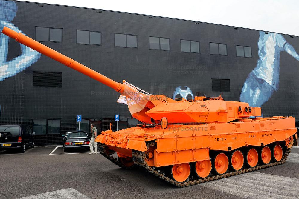 03-07-2008 ALGEMEEN: TEAMOVERDRACHT OLYMPISCH TEAM: ALMERE<br /> In Almere vond de Olympische teamoverdracht plaats / Oranje Tank - sporters van de Krijgsmacht<br /> &copy;2008-WWW.FOTOHOOGENDOORN.NL