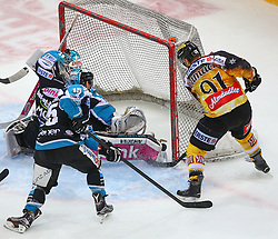 20.12.2015, Albert Schultz Eishalle, Wien, AUT, EBEL, UPC Vienna Capitals vs EHC Liwest Black Wings Linz, 33. Runde, im Bild Michael Ouzas (EHC Liwest Black Wings Linz), Brett McLean (EHC Liwest Black Wings Linz) und Tor durch Simon Gamache (UPC Vienna Capitals) // during the Erste Bank Icehockey League 33rd Round match between UPC Vienna Capitals and EHC Liwest Black Wings Linz at the Albert Schultz Ice Arena, Vienna, Austria on 2015/12/20. EXPA Pictures © 2015, PhotoCredit: EXPA/ Thomas Haumer
