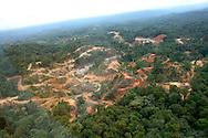 La existencia de yacimientos minerales en la zona circundante a Cerro Petaquilla motiv&oacute; el inter&eacute;s de la Corona Espa&ntilde;ola y de sus representantes, dando lugar al desarrollo de la actividad minera rudimentaria en los a&ntilde;os 1600.<br /> Desde &eacute;pocas de la Colonizaci&oacute;n Espa&ntilde;ola el Cerro Petaquilla se constituy&oacute; en ruta obligada de los exploradores del oro y que seg&uacute;n destacan relatos y cr&oacute;nicas de historiadores, era un &aacute;rea donde se instalaron fundiciones y marcas para sellar el oro que se fund&iacute;a para la Corona Espa&ntilde;ola.<br /> <br /> La existencia de yacimientos minerales en la zona circundante a Cerro Petaquilla motiv&oacute; el inter&eacute;s de la Corona Espa&ntilde;ola y de sus representantes, dando lugar al desarrollo de la actividad minera rudimentaria en los a&ntilde;os 1600.3<br /> <br /> Con el transcurrir de los a&ntilde;os, se increment&oacute; el inter&eacute;s por estas &aacute;reas por su potencial en riquezas minerales y es as&iacute; que en el a&ntilde;o 1967 el Gobierno de la Rep&uacute;blica a trav&eacute;s de la Direcci&oacute;n General de Recursos Minerales del Ministerio de Comercio e Industrias en conjunto con el Programa de las Naciones Unidas para el Desarrollo, iniciaron el desarrollo de investigaciones geol&oacute;gicas de lo que en su momento se denomin&oacute; &ldquo;&Aacute;rea 65&quot; &ndash; Cerro Petaquilla del Proyecto minero de Azuero, concluyendo que exist&iacute;a mineralizaci&oacute;n de cobre y molibdeno de tipo porf&iacute;dico en la parte occidental de la provincia de Col&oacute;n.<br /> <br /> Toda miner&iacute;a a cielo abierto, como ocurre en el caso de Minera Petaquilla, utiliza una t&eacute;cnica que conlleva a la destrucci&oacute;n y agotamiento de los ecosistemas del planeta. <br /> <br /> La eliminaci&oacute;n de la capa boscosa, la destrucci&oacute;n de los suelos, la contaminaci&oacute;n de las aguas superficiales y fre&aacute;ticas