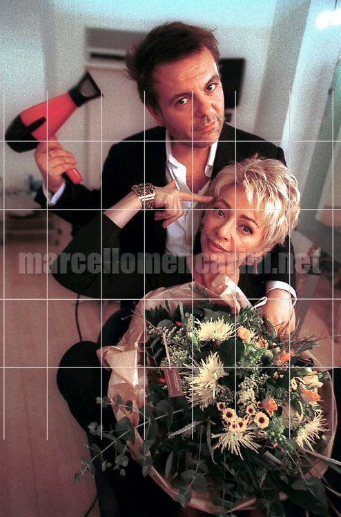 Rome, November 1999. Hairdresser Roberto D'Antonio with TV presenter Enrica Bonaccorti in his hair salon  / Roma, novembre 1999. Il parrucchiere Roberto D'Antonio nel suo salone con la presentatrice TV Enrica Bonaccorti - © Marcello Mencarini