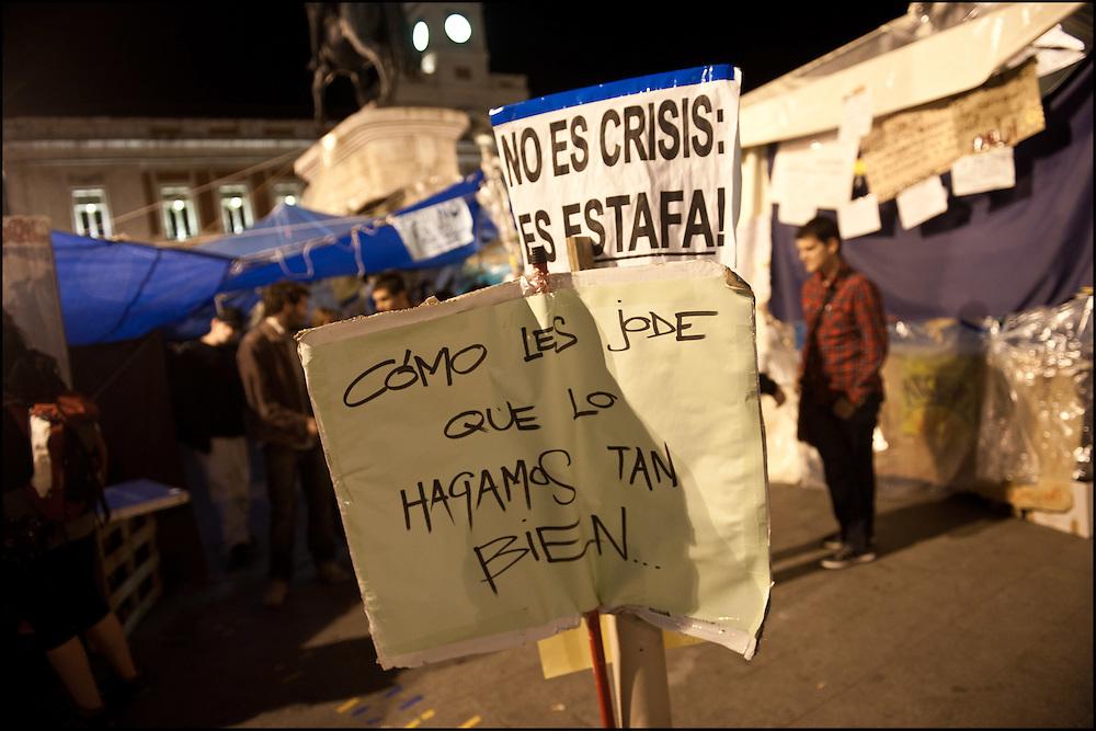 """// Le mouvement spontane du """"15 M"""" (15 mai) compose de citoyens espagnols campe depuis 2 semaines sur la place Puerta Del Sol avec pour revendication la construction d'une democratie nouvelle. Organise en commission les citoyens prennent la parole lors d'assemblee ouverte a tous - Place Puerta Del Sol à Madrid le Juin 2011. ©Benjamin Girette/IP3Press"""