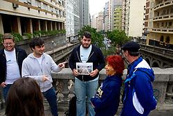André Flores, Bernardo Pereira, Cristiano Rickmann e Thiago Goss conduzem o Free Walk PoA.  É um free walking tour (passeios grátis com guia, normalmente um estudante, e você paga o que achar que deve) que acontece em Porto Alegre, todos os sábados, às 11h, pelo centro da cidade. FOTO: Jefferson Bernardes/FolhaPress André Flores, Bernardo Pereira, Cristiano Rickmann e Thiago Goss conduzem o Free Walk PoA.  É um free walking tour (passeios grátis com guia, normalmente um estudante, e você paga o que achar que deve) que acontece em Porto Alegre, todos os sábados, às 11h, pelo centro da cidade. FOTO: Jefferson Bernardes/ Agência Preview