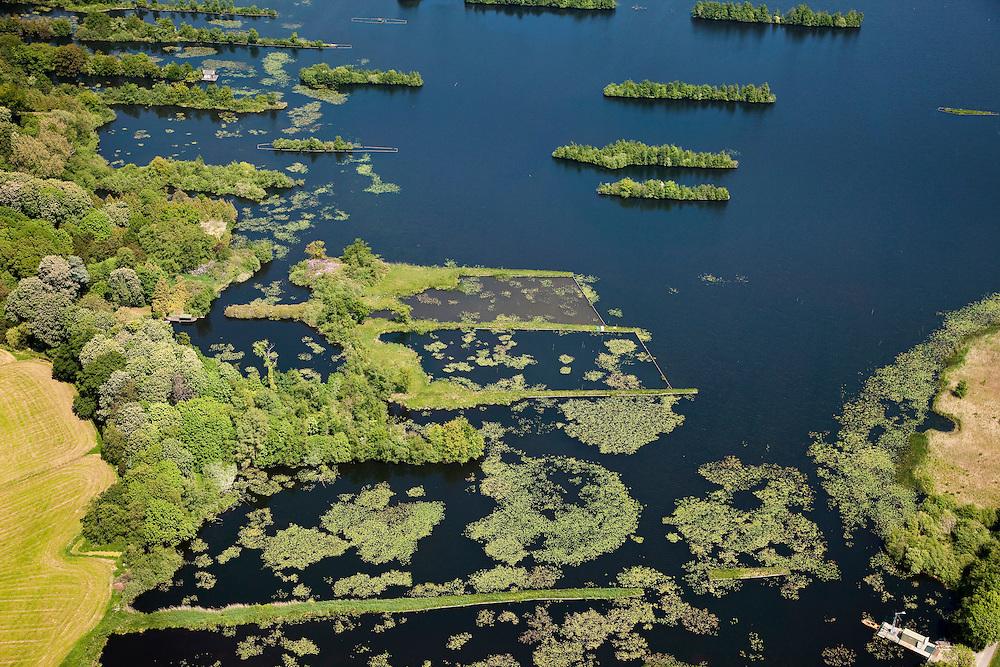 Nederland, Utrecht, Vreeland, 25-05-2010. Terra Nova, veenplassen onderdeel van de Loosdrechtse Plassen. Het oude patroon van de vervening met trekgaten en legakkers  is nog goed te zien, de legakkers worden door beschoeiing beschermd tegen verdere erosie..Terra Nova, peat bogs, part of the Loosdrecht Lakes. The old pattern of peat holes and drying fields is still clearly visible, the legakkers (laying or drying fields) are proteced against erosion by means sheetpiling..luchtfoto (toeslag), aerial photo (additional fee required).foto/photo Siebe Swart