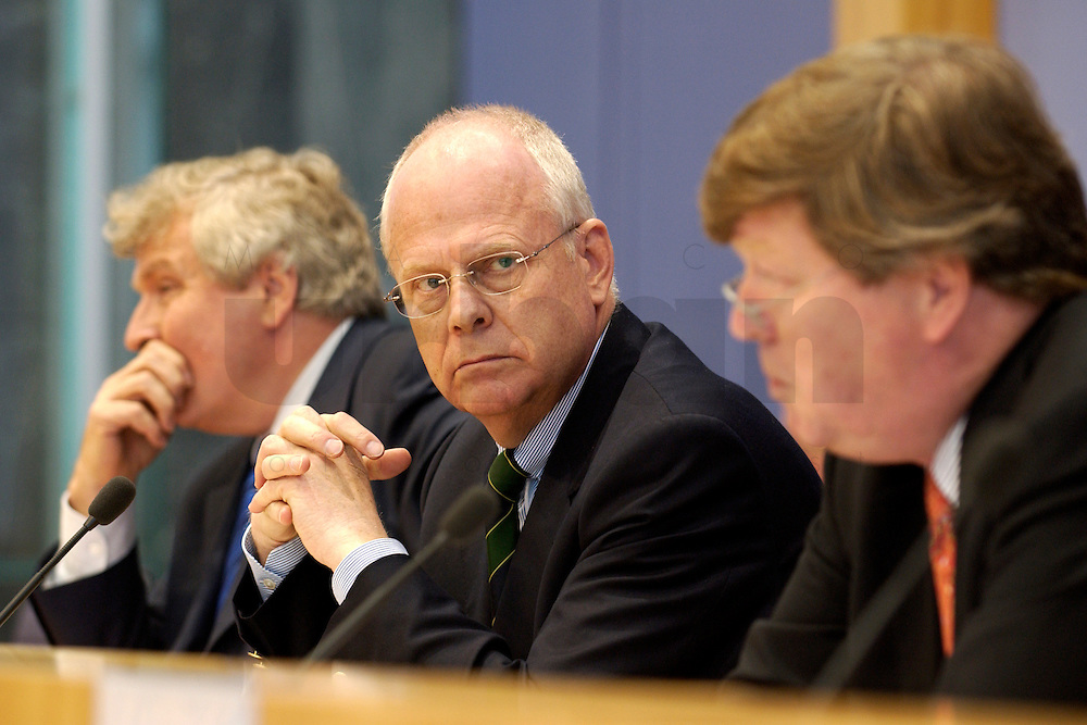 """13 MAY 2004, BERLIN/GERMANY:<br /> Gerd Schulte-Hillen (L), Stiftung Liberales Netzwerk, Prof. Meinhard Miegel (M), Buergerkonvent, Karl-Ulrich Kuhlo (R), Initiative """"Deutschland packt´s ab"""", waehrend der Pressekonferenz """"Fuer ein besseres Deutschland"""" - eine Aktionsgemeinschaft von 10 Reforminitiativen mit Forderungen an die Politik, Bundespressekonferenz<br /> IMAGE: 20040513-01-004<br /> KEYWORDS: Bürgerkonvent"""