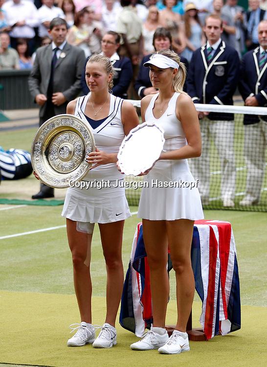 Wimbledon Championships 2011, AELTC,London,.ITF Grand Slam Tennis Tournament . Damen Finale,.Siegerehrung,Praesentation, L-R. Siegerin Petra Kvitova (CZE) und die Finalistin Maria Sharapova (RUS) haelt die Siegerschale,Pokal ,Hochformat,
