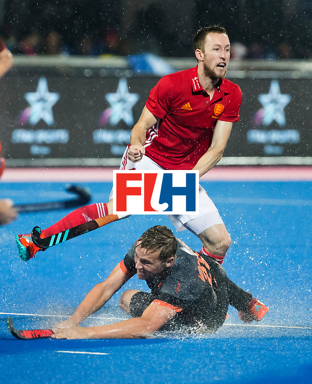 BHUBANESWAR -  Floris Wortelboer (Ned) met Barry Middleton (Eng)  tijdens de Hockey World League Finals , de wedstrijd om de 7e plaats, Engeland-Nederland (0-1).   COPYRIGHT KOEN SUYK
