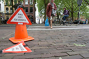 Nederland, Utrecht, 10-06-2013<br /> In Utrecht waarschuwt een bord voor de pas geverfde palen.<br /> <br /> In Utrecht signs warn for just painted poles.<br /> Foto: Bas de Meijer / Hollandse Hoogte