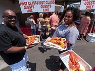 新华社照片,洛杉矶,2017年7月17日<br />     (国际)(6)第十九届年度洛杉矶港口龙虾节<br />     7月16日,民众品尝新鲜龙虾大餐。<br />     在美国洛杉矶圣佩德罗,大批民众出席了号称世界上最大龙虾节&quot;第十九届年度洛杉矶港口龙虾节&quot;。<br />     新华社发(赵汉荣摄)<br /> People buy lobsters at the 19th Annual Port of Los Angeles Lobster Festival in San Pedro, California, the United States, Sunday, July 16, 2017. The world&rsquo;s largest lobster festival, which has been a Southern California tradition since 1999. The event features fresh Maine lobster, wine and draft beer, free entertainment, live music, shopping, and other culinary delights. (Xinhua/Zhao Hanrong)(Photo by Ringo Chiu)<br /> <br /> Usage Notes: This content is intended for editorial use only. For other uses, additional clearances may be required.